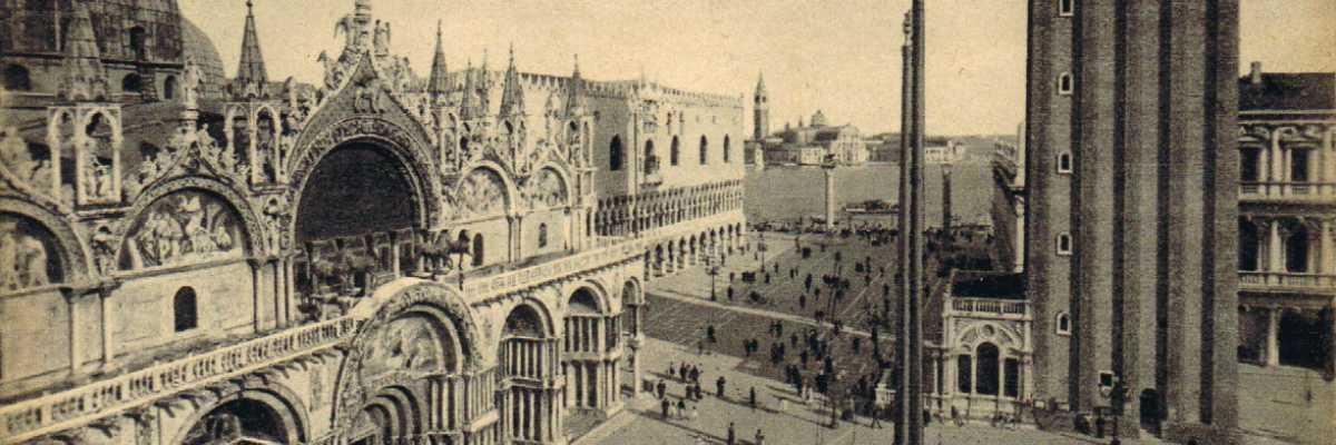 Piazza San Marco fotografata dalle Procuratie mostrando la facciata della Basilica di San Marco.