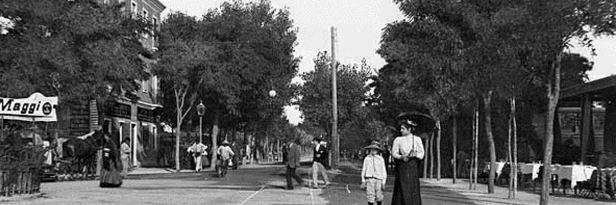 Abitanti in passeggiata lungo un viale del Lido.
