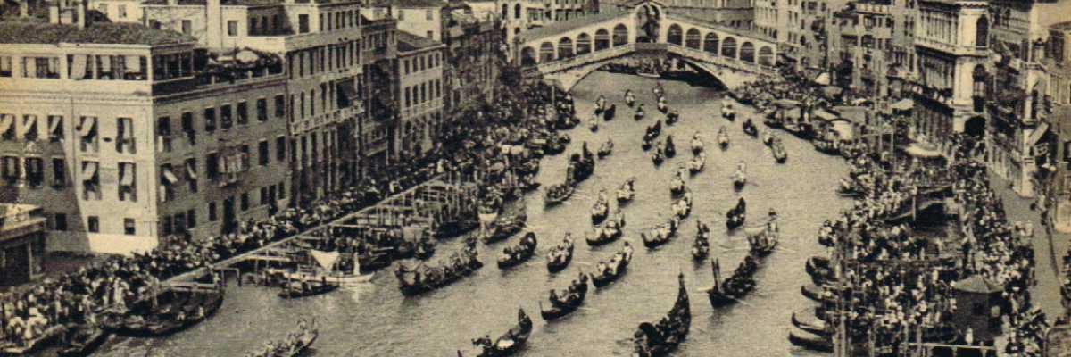Regata in Canal Grande con il Ponte di Rialto nello sfondo.