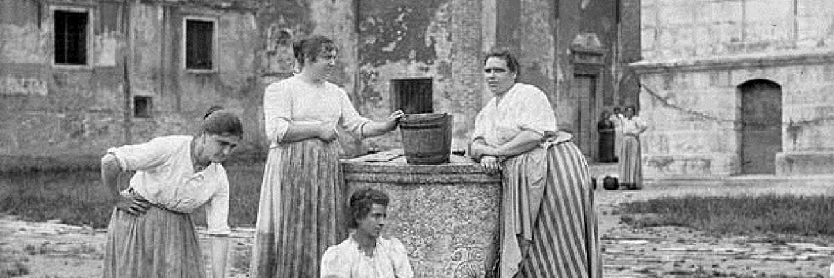 Donne veneziane intente nella raccolta dell'acqua dai pozzi.