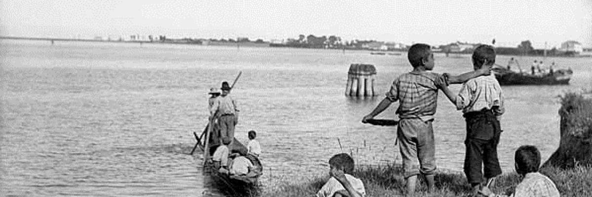 Ragazzini che giocano vicino alla laguna.