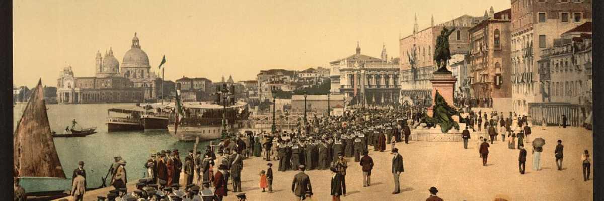 Marinai della Regia Marina schierati lungo la Riva degli Schiavoni (Library of Congress - Detroit Publishing Company).