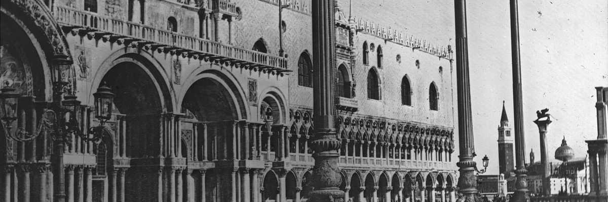 Piazza San Marco e alcuni dei suoi principali monumenti: la Bailica, il Palazzo del Doge, la colonna di San Marco, la loggetta sansoviniana che si intravede sulla destra. In lontananza, spunta la Chiesa di San Giorgio Maggiore (Brooklyn Museum).