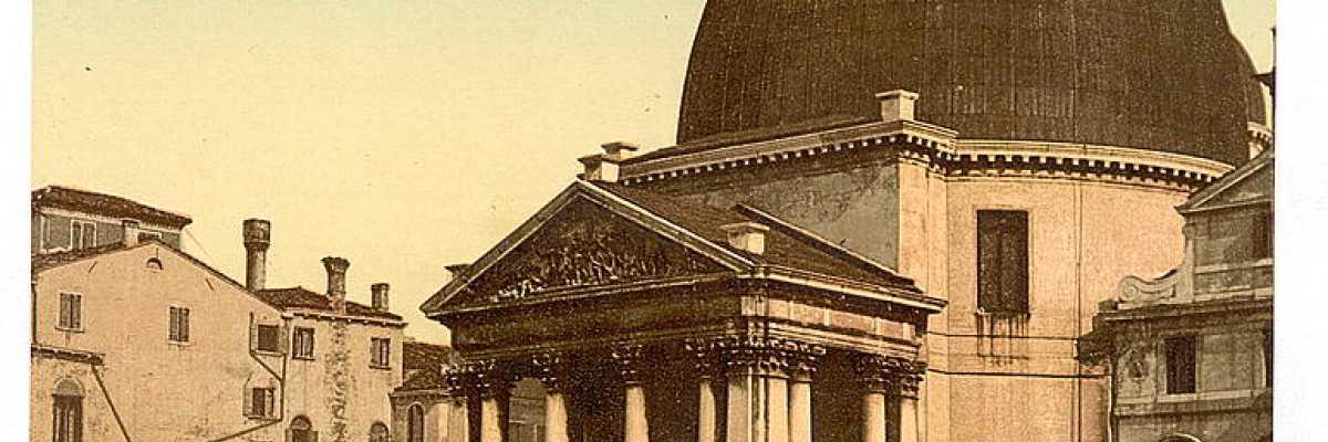 San Simeon Piccolo è un chiaro esempio dello stile neoclassico ed una delle chiese più conosciute di Venezia anche grazie alla sua posizione strategica quasi davanti alla Stazione Ferroviaria (Library of Congress - Detroit Publishing Company).