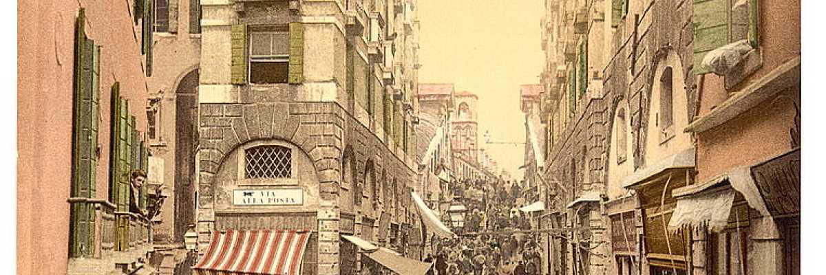 Grande folla lungo la scalinata del ponte di Rialto, una delle indiscusse icone di Venezia. Sulla sinistra, una venditrice di ortaggi, da quanto sembrano patate (Library of Congress - Detroit Publishing Company).