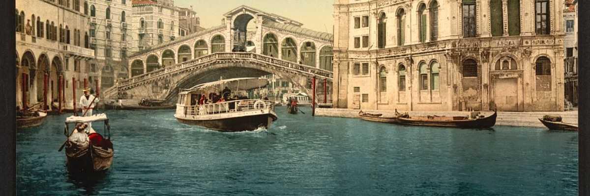 Il ponte di Rialto fa da padrone mostrando tutta la sua bellezza. Sulla sinistra è possibile intravedere il Fontego dei Tedeschi (Library of Congress - Detroit Publishing Company).