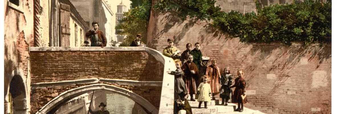 Il ponte San Cristoforo nel sestiere di Dorsoduro attraversato da un gruppo di persone soprattutto bambini (Library of Congress - Detroit Publishing Company).