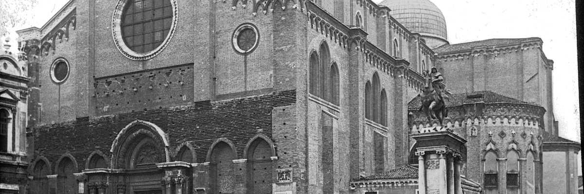 La Basilica dei Santi Giovanni e Paolo vista esternamente. Alla destra dell'edificio si può notare il monumento equestre dedicato a Bartolomeo Colleoni (Brooklyn Museum)