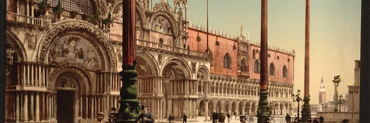 Una coppia sfama uno stormo di piccioni. Sullo sfondo la basilica e il Palazzo del Doge (Library of Congress - Detroit Publishing Company).