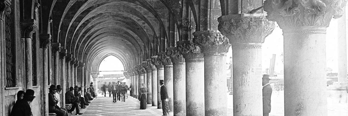 Magnifica fotografia raffigurante il colonnato di Palazzo Ducale (Brooklyn Museum).