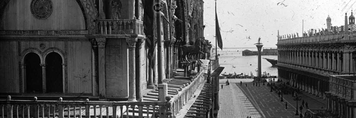 La Basilica di San Marco, la Piazzetta, la colonna di San Todaro e la Biblioteca Nazionale Marciana fotografati dall'alto (Brooklyn Museum).
