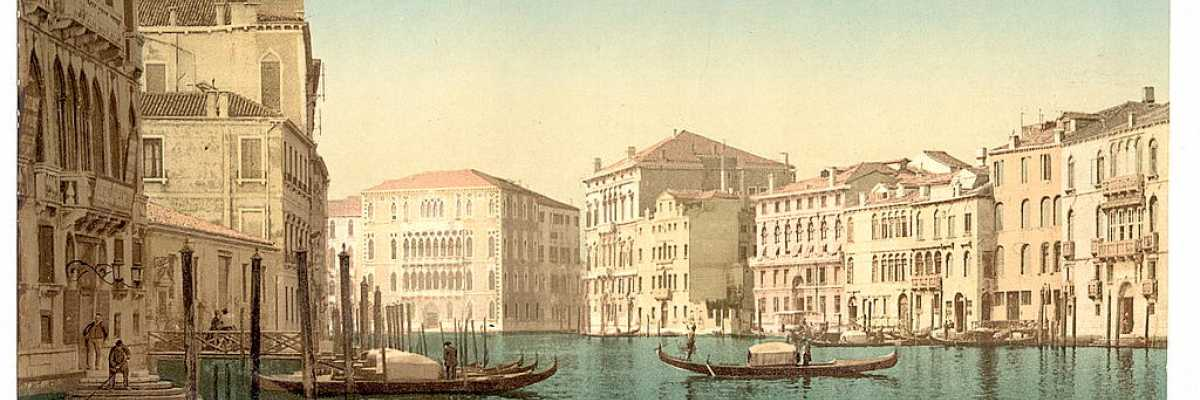 Gondole mentre attraccano nei moli lungo il Canal Grande (Library of Congress - Detroit Publishing Company).