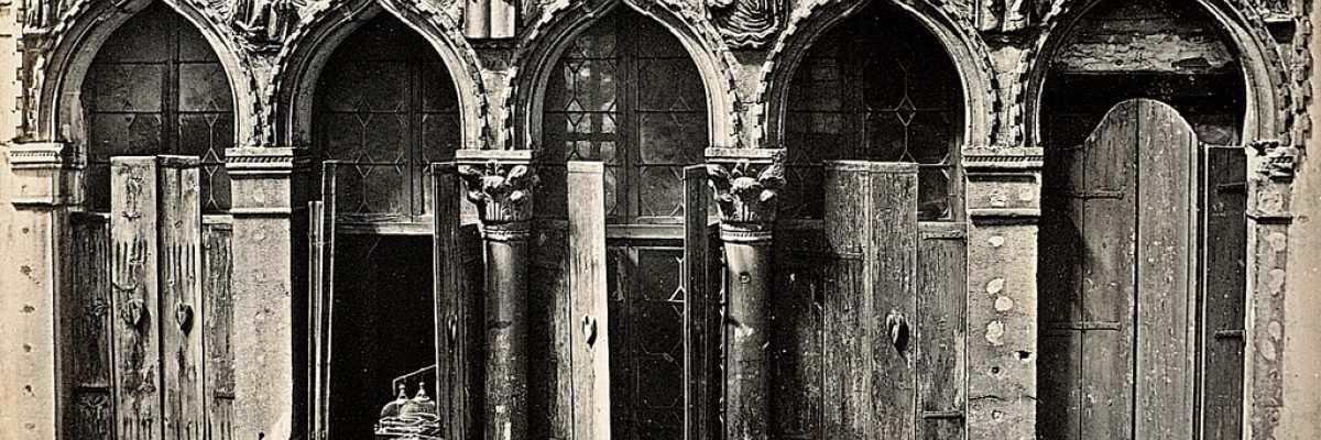 Raffigurazione dei simboli dei quattro evangelisti nella pentafora centrale di Palazzo Agnusdio (agnello di Dio) denominato anche Palazzo dei quattro Evangelisti (National Galleries of Scotland).