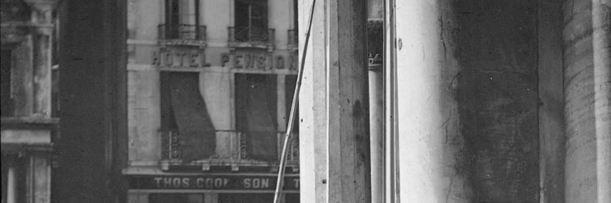 Un signore con in mano una specie di bastone appoggiato ad una delle colonne della basilica marciana (Brooklyn Museum).