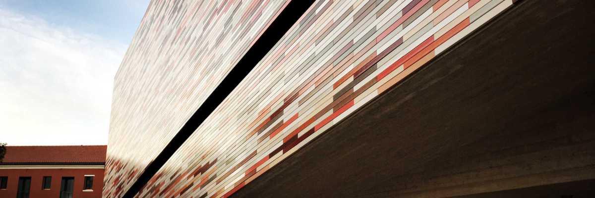 La facciata dell'edificio che consente l'accesso all'M9, con i 13 colori in accordo cromatico con il contesto urbano.