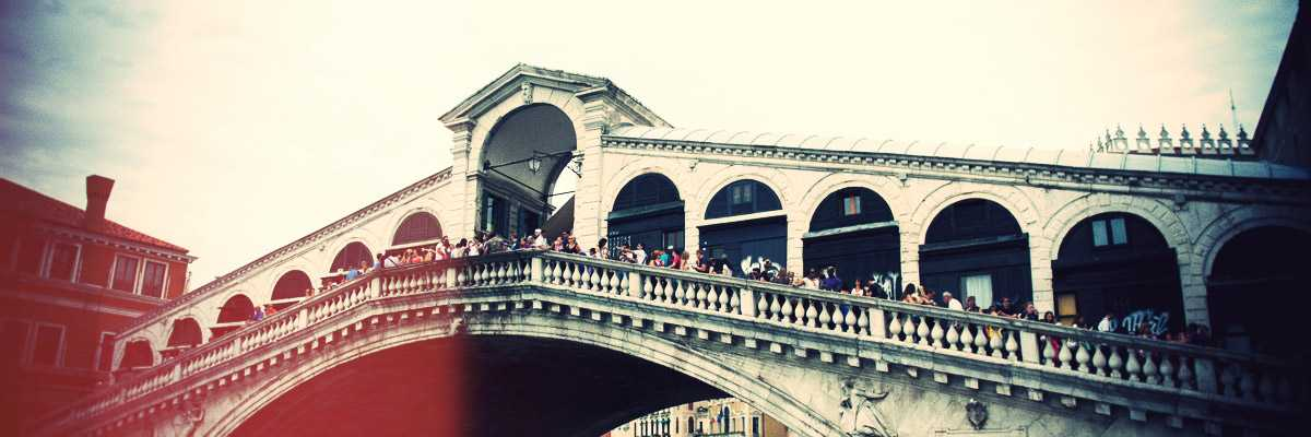 The Rialto bridge seen from the shore - (Archive Venipedia / Bazzmann)
