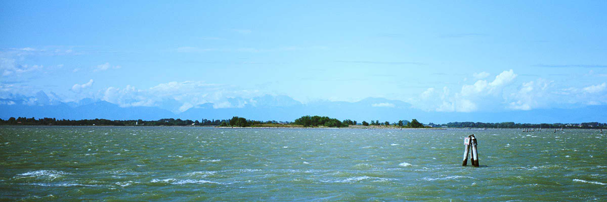 Vista della laguna verso la terraferma e le montagne.
