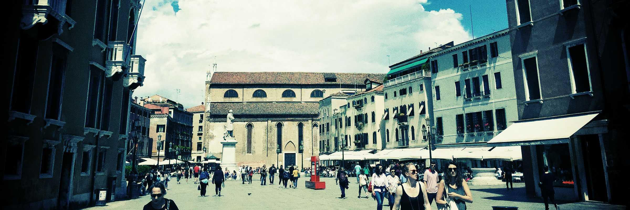 Veduta su Campo Santo Stefano dall'entrata del campo da parte di Palazzo Franchetti — (Archivio Bazzmann/Venipedia)