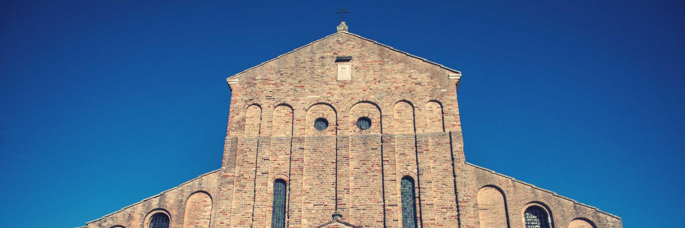 Particolare della facciata della Chiesa di Santa Maria Assunta a Torcello — (Archivio Bazzmann/Venipedia)
