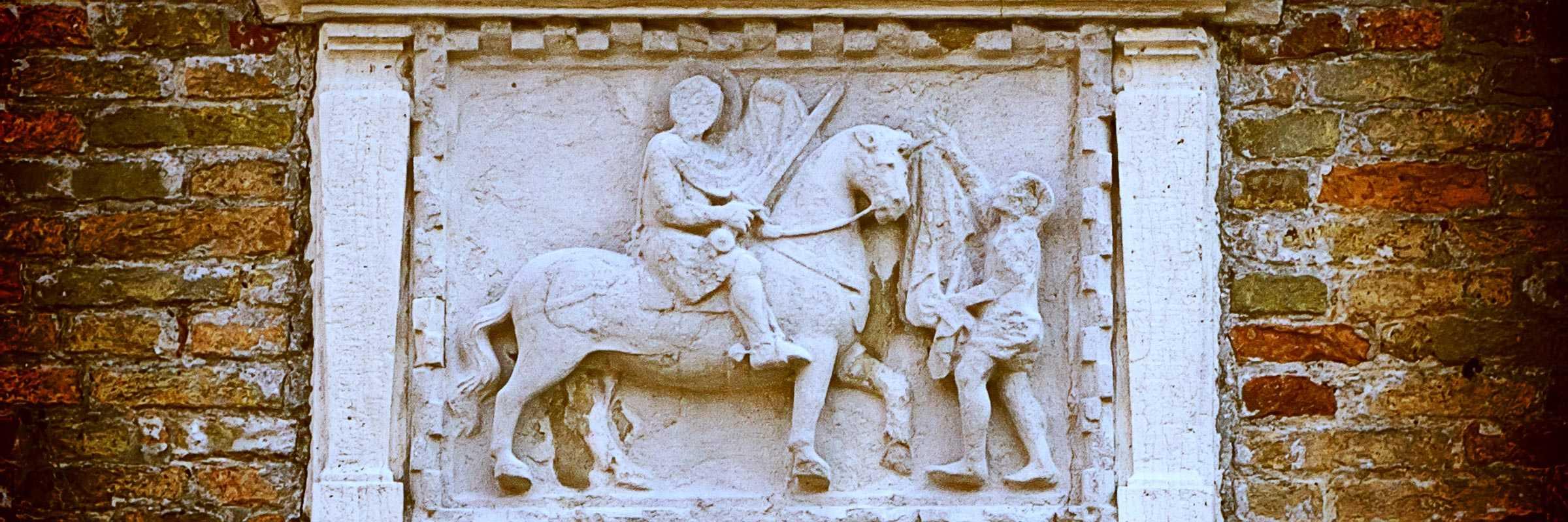 Il bassorilievo raffigurante San Martino che dona il mantello al povero. — (Archivio Venipedia/Bazzmann)