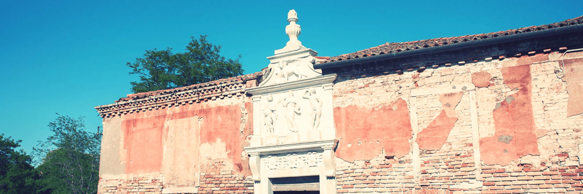 Il portale marmoreo dell'Ospitale, con la raffigurazione di Cristo Redentore tra San Rocco e San Sebastiano, insieme ai tre stemmi dei Provveditori alla Sanità. — (Archivio Venipedia/Bazzmann)