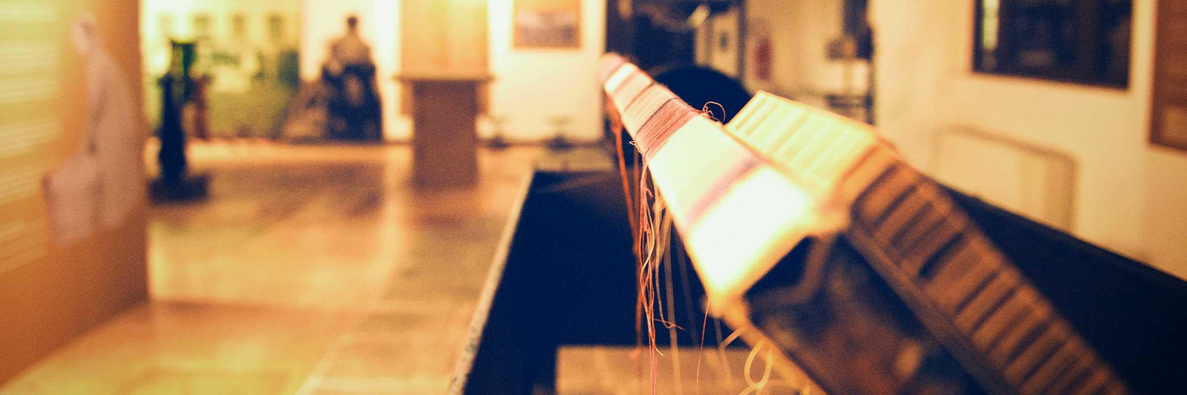Veduta interna del museo della Filanda, con particolare su un esempio di tessuti lavorati. — (Archivio Venipedia/Bazzmann)