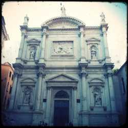 La facciata della chiesa di San Rocco.