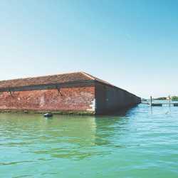 Le mura dell'isola viste dalla laguna. — (Archivio Venipedia/Bazzmann)