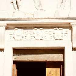 Particolare per portale d'accesso raffigurante Cristo Redentore tra San Rocco e San Sebastiano, insieme ai tre stemmi dei Provveditori alla Sanità. — (Archivio Venipedia/Bazzmann)