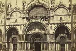 Il portale maggiore della Basilica. Sopra di esso si possono vedere i famosi cavalli di bronzo, bottino di guerra della quarta crociata (Cornell University Library)