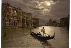 Una gondola attraversa il Canal Grande illuminata dalla luna (Library of Congress - Detroit Publishing Company).