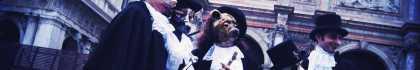 Persone mascherate in abito nero e maschera del medico della peste.