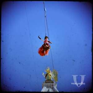 Lo stacco dalla piattaforma del Campanile di San Marco e l'inizio del volo verso la Piazza San Marco.