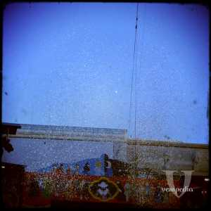 L'atterraggio, festeggiato da una pioggia di coriandoli.