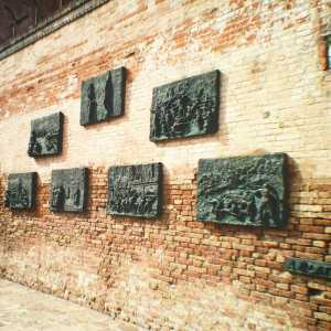 The bronze bas-reliefs in memory of the Shoah by Armit Blatas. — (Archivio Venipedia/Bazzmann)