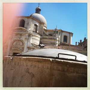 La vera da pozzo più antica di Campo San Geremia con lo sfondo dell'omonima chiesa.