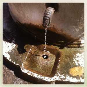 La vera da pozzo del Cinquecento con annessa fontana.