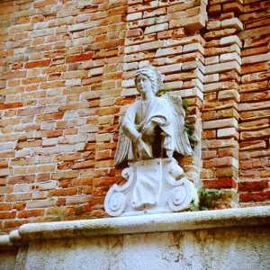 Particolare dell'angelo posto sopra al portone d'entrata del Campanile.