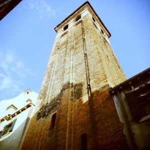 La figura intera del campanile in tutta la sua bellezza.
