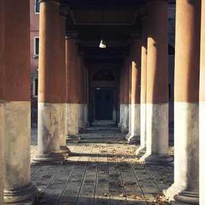 Ulteriore particolare del colonnato, dall'interno.