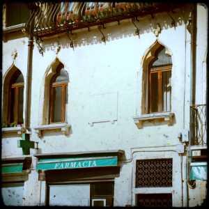 La facciata dell'edificio nella quale è presente la lapide commemorativa dedicata a Sebastiano Venier.