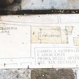 The plaque testifying to the original shape of the field - (Archivio Venipedia / Bazzmann)