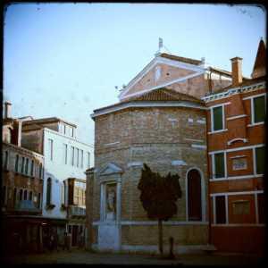 Il retro della chiesa visto da campo San Polo.