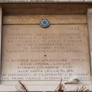 Targa commemorativa in ricordo dell'oppressione dal 1939 al 1945 verso il popolo ebraico.