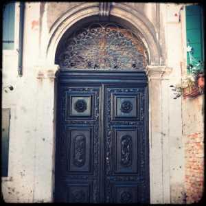 Il portone d'ingresso in legno della Sinagoga Spagnola.