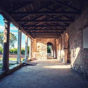 Particolare del portico della Chiesa di Santa Maria Assunta a Torcello — (Archivio Bazzmann/Venipedia)