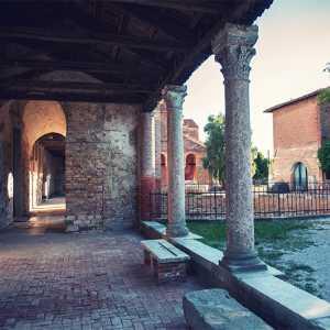 Detail of the colonnade of the Church Santa Maria Assunta in Torcello — (Archivio Bazzmann/Venipedia)