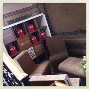 Angolo lettura vicino alle scale della sede di Villa Erizzo.