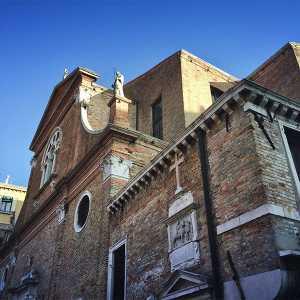 Vista d'angolo sulla facciata principale della chiesa. — (Archivio Venipedia/Bazzmann)