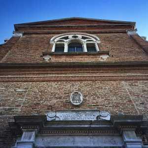 Vista della facciata principale dall'entrata principale. — (Archivio Venipedia/Bazzmann)